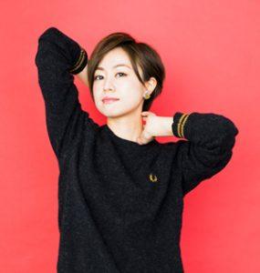 黒い服を着ている声優の田村睦心